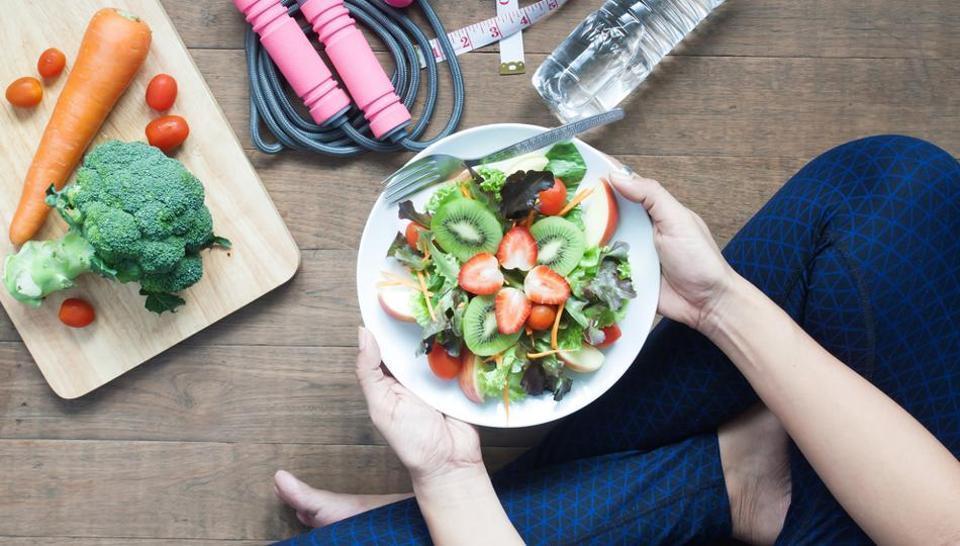 چه ساعتی غذا بخوریم تا لاغر شویم؟