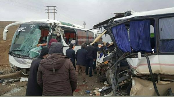 خبرنگاران تصادف خودروهای کارگران معادن تکاب، یک کشته و 17 زخمی برجا گذاشت